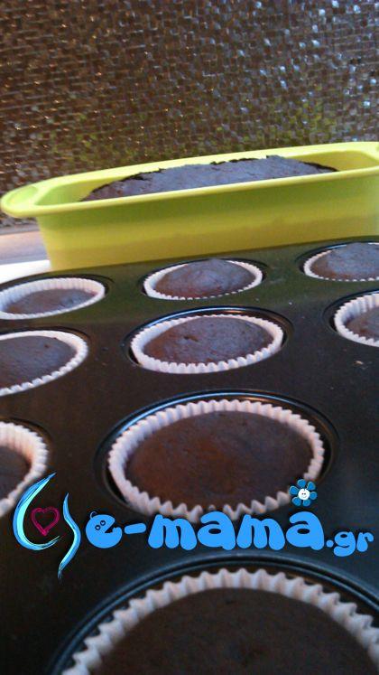Τα πιο εύκολα cupcakes σοκολάτας είναι και νηστίσιμα παρακαλώ! Τη συνταγή μου την έδωσε η γειτόνισσα μου. Το κοριτσάκι της δεν μπορεί να καταναλώσει γαλακτοκομικά και έτσι βρήκε αυτή τη συνταγή που δεν περιέχει γάλα ούτε αυγά αλλά η γεύση του είναι εξαιρετική!
