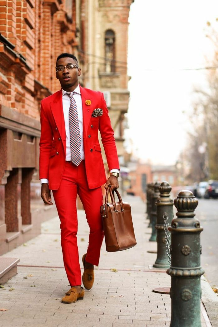 5b3a8bf195 look d'affaires tenue homme chic en rouge avec des chaussures marron clair,  chemise blanche, cravate rouge et noir, sac porte-documents en marron, ...