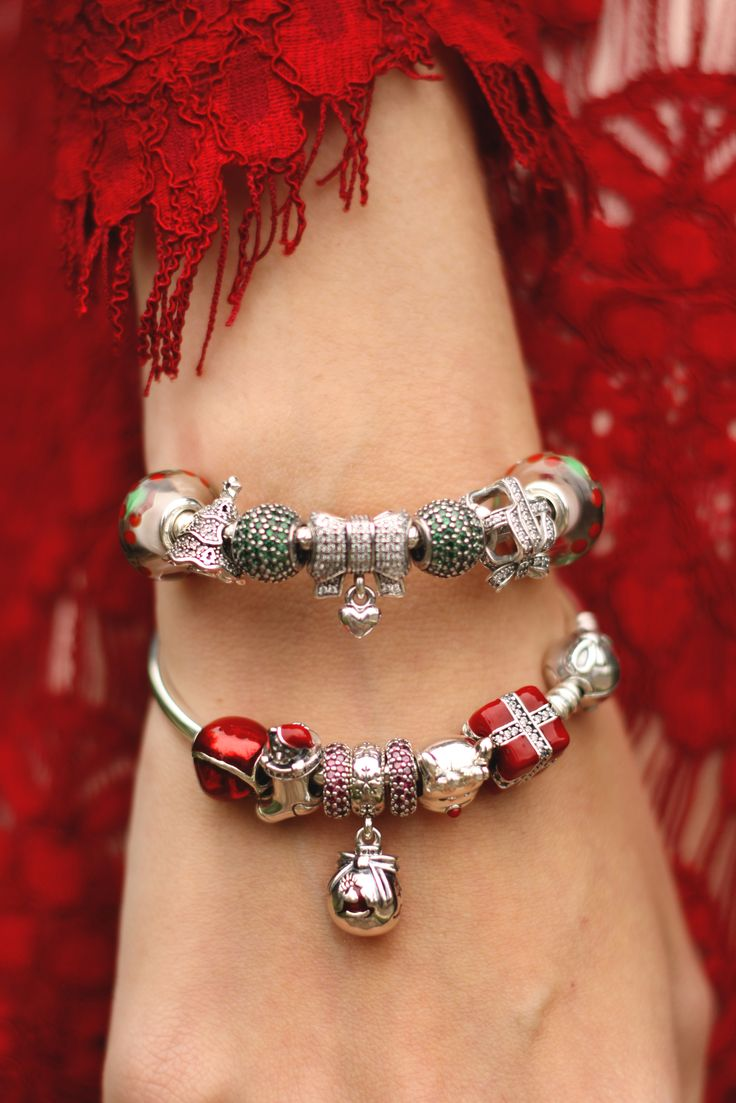 Adorable classic Christmas-themed PANDORA bracelets in green and red by Brazilian blogger @fashioncoolture. #PANDORAstyle #PANDORAbracelet