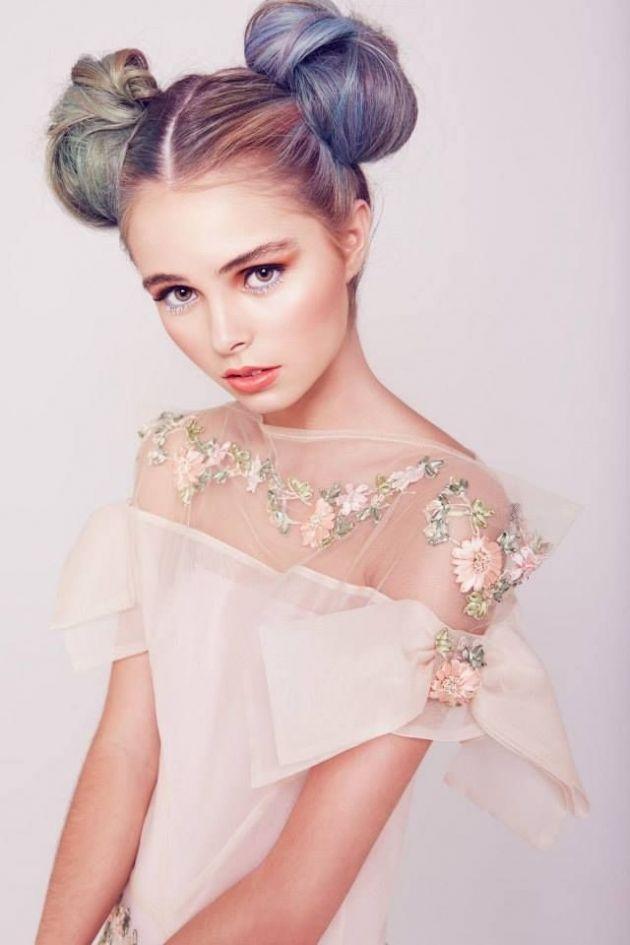 個性派!ツインのカラフルなお団子ヘア ウェディングドレス・カラードレスに合う〜お団子の花嫁衣装の髪型一覧〜
