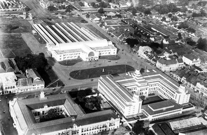 *| Dutch colonial architecture ‎around the world. - Square in front of the train station, 1938.