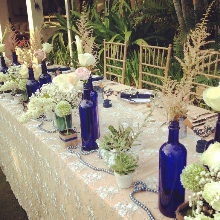 Centerpiece in white&blush in vintage blue bottles & blue vases