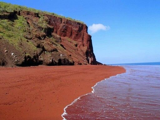 #RedBeach got it's name by Red and Black volcanic rocks. Something you don't see often at a regular beach. So if you are around #Santorini, don't miss it!