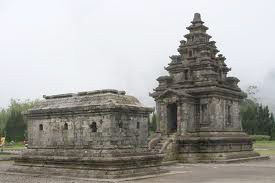 Natural attractions Indonesia has millions of culture and art that we can prove the existence of the temple which is located on the stunning plateau for the tour, the temple was named the Dieng temple is located on a stunning plateau, plateau Dieng temple beauty attracts tourists to enjoy the natural beauty of the temple and the temple is located around the dieng mountains