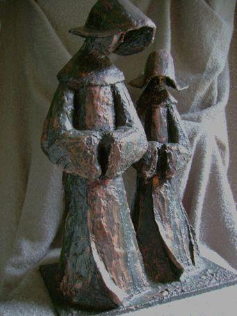 MONJAS Figura realizada con tela metálica moldeada, revestida con yeso y pintada en rojo grana, pátina de envejecido, pátina cobre y barniz mate resistente.