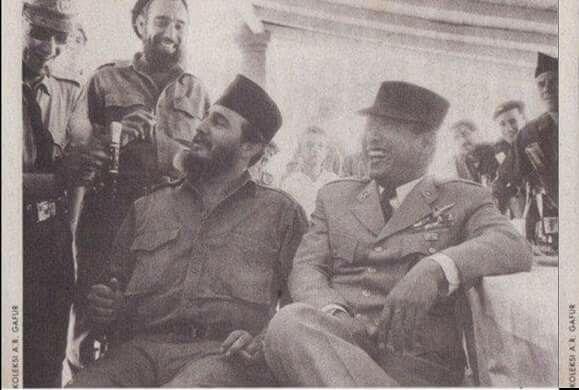Bertukar Topi dan Peci..... Pertemanan. Fidel Castro berpeci, Soekarno bertopi serdadu