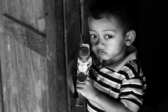 ponakannya temanku, mengingatkan waktu aku kecil dulu juga suka pistol-pistolan
