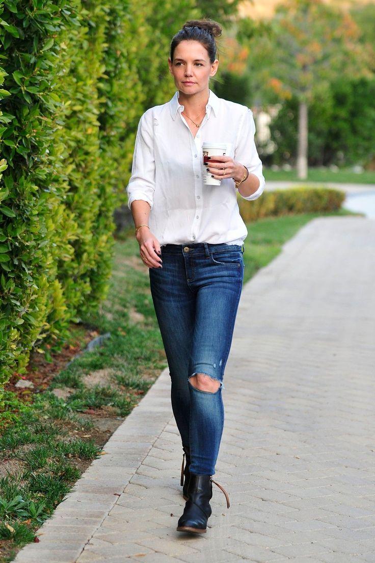 Herečka a ex manželka Toma Cruise Katie Holmes (38) zkombinovala tmavé roztrhané džíny s jemnou bílou košilí a výraznými černými botami. A rozhodně vypadá výborně