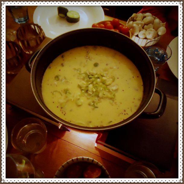 Heerlijke zelfgemaakte kaasfondue met blauwe kaas en een bosuitje
