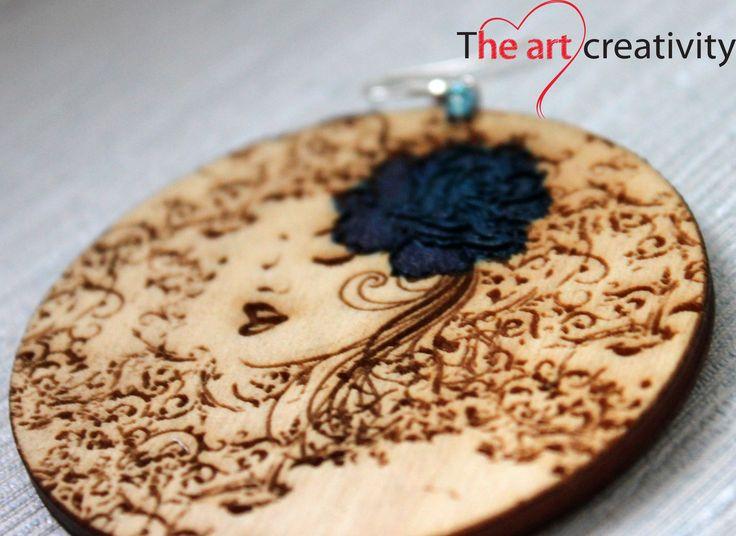 Orecchino in legno con incisione e particolari dipinti. #legno #orecchino #handmade #rosa #blu #unico