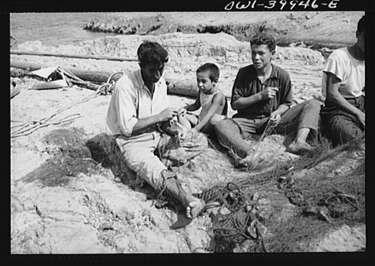 Palermo (vicinity), Sicily. A family repairing nets.  Palermo (vicinanze), Sicilia. Una famiglia che ripara reti da pesca (1943).
