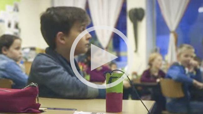 Leerlingen steken niet langer een vinger in de lucht als ze een probleem hebben. Meester Jeffrey laat ze eerst zelf nadenken en elkaar helpen. Hoe? Met wc-rolletjes.