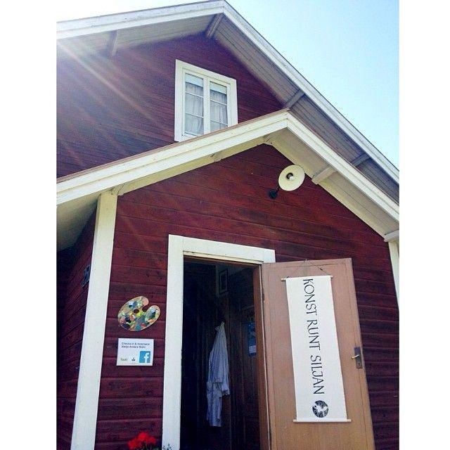 Under Konst runt Siljan håller konstnären Anders Ståhl öppet i sin fina ateljé i gamla missionshuset i Hälla, Leksand. #siljansguiden #siljansbygden #siljan #dalarna #dalecarlia #sverige #sweden