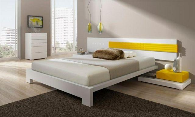 une chambre à coucher en blanc et beige clair aux accents jaunes et marron