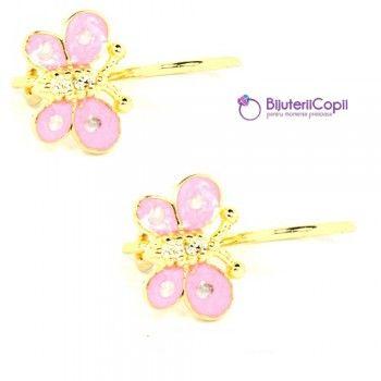 Acesti cercelusi din aur galben sunt decorati cu fluturasi roz, emailati si cu pietre zirconiu de culoare alba.  Orice fetita va fi incantata de modelelenoastre de bijuterii pentru copii,create pentru ei in mod special. Toate produsele noastre sunt marcate ANPC si vin insotite de un certificat de garantie si autenticitate.Livrarea e face prin curier in plicuri antisoc.Culoare aur: galben; Dimensiune cercei: 1cm; Pietre: zirconiu; Culoare pietre: alba; Sistem de prindere: stift.