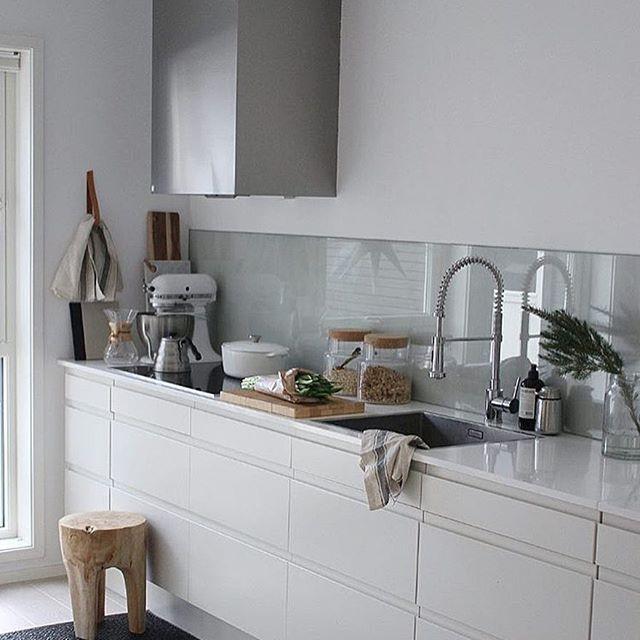 Glas ovanför köksbänken blir det definitivt! Snyggt, stilrent och lätt att hålla rent. Bildcred: @ingridpall