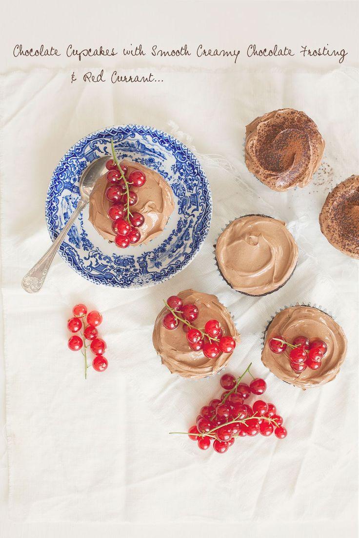 Chokladcupcakes med Len Chokladfrosting och Röda Vinbär