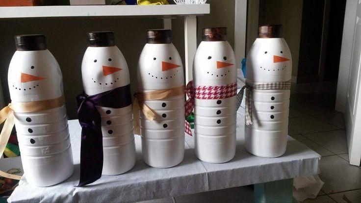 Sneeuwman bowling gemaakt uit oude melkflessen. De neus is van oranje papier gemaakt, de sjaals van stukjes lint en de knoopjes en ogen er op getekend met alcohol stift. Een leuk en goedkoop idee voo