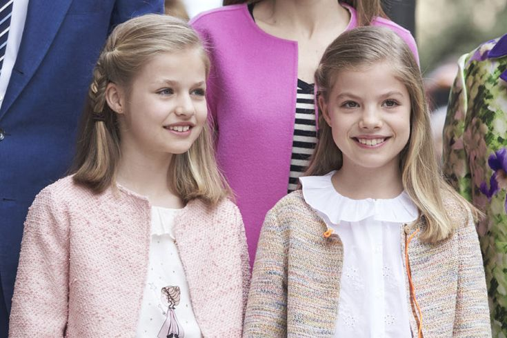 Como es habitual, la princesa Leonor y la infanta Sofía han conjuntado sus estilismos para ir muy parecidas