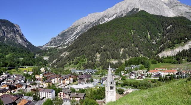 Tra le vette dell'Alta Val di Susa, una veduta di Cesana Torinese                           http://www.lastampa.it/2014/10/22/societa/montagna/gite-e-percorsi/cesana-torinese-profumo-di-tradizione-e-di-erbe-alpine-9w94NzYmuboMGMVoUh3DaM/pagina.html?ult=1