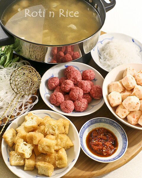 Chinese Hot Pot is a popular social meal for extended family get-togethers. The broth and choice of ingredients are the key to a delicious hot pot. | Food to gladden the heart at RotiNRice.com