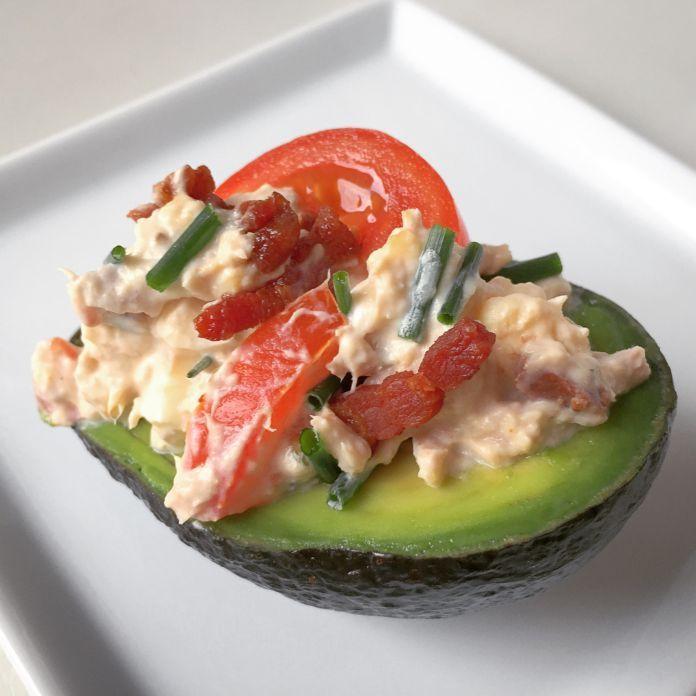 Fyldt avocado - Med cremet mousse af tun, æg, bacon, tomat og purløg