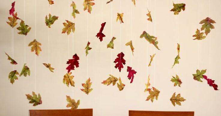 Como fazer uma guirlanda de folhas de outono. Uma enxurrada de folhas coloridas em cascata é um dos mais bonitos espetáculos do outono. Por que não trazer esse fenômeno para dentro de casa? Apesar de mais comuns nas zonas mais temperadas do País, as folhas secas podem ser usadas para dar mais charme a sua decoração. Guirlandas de folhas de outono podem cair do teto para criar um efeito ...