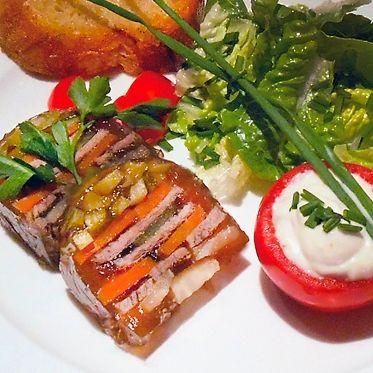 Terrine vom Tafelspitz in Portwein-Aspik mit Sauce Chantilly