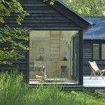 ウッドデッキのテラスでつながるL字型の家