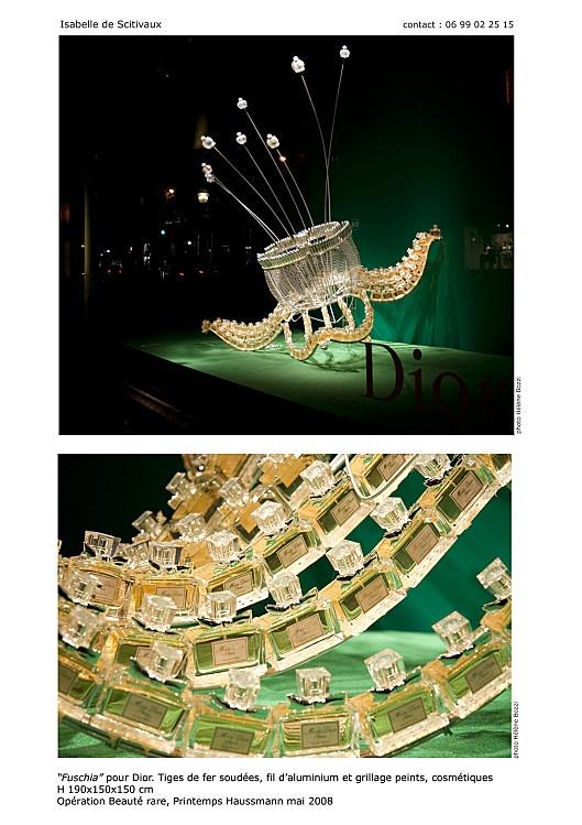 printemps 2008 sculptures/bijoux géantes composées de parfums et produits de beauté. (isabelle de Scitivaux)