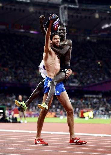 Le Kényan Ezekiel Kemboi dans les bras de Mahiedine Mekhissi-Benabbad, les deux premiers du 3000 mètres steeple