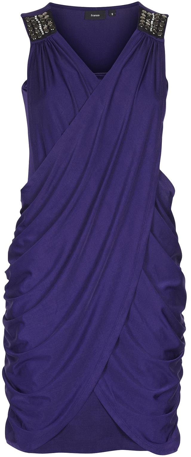 Kjole jewelery <3  Elegant & pen kjole med flatterende linjer/fasong. Kjolen er pyntet med stener/krystaller på skuldre. Kjolen er av mykt materiale med stretch.
