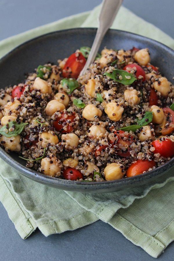 Receita de salada de quinua, grão de bico, tomate e manjericão, bem rápida e saudável. Espere um pouquinho antes de servir para o tempero ser absorvido.