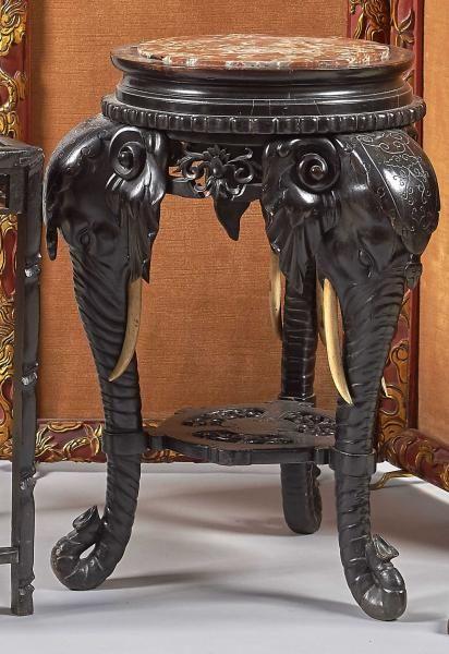 """BEAU GUERIDON en bois noirci, le piétement en forme de têtes d'éléphants avec défenses en ivoire Chine ou Vietnam période coloniale vers 1920 /30[...], mis en vente lors de la vente """"Arts d'Asie"""" à Adjug'art  """
