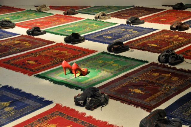 Medhi-Georges Lahlou, Coktail, 2008/2012, Installation, Taille variable. Cette image nous fait penser à une représentation de la Mecque. Nous observons différentes chaussures (escarpins ; basket). Il y a une mise en valeur des escarpins par rapports au basket (homme/femme).  Cela correspond sans doute à l'idée de la liberté de culte pour tous. Nous trouvons cette image intéressante de part ses aspects. Nous pensons que Mehdi-Lahlou lutte pour l'égalité des sexes. Dorian et Axel.