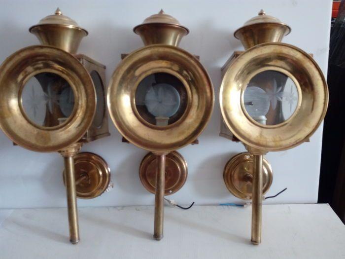 3 antieke vervoer lantaarns in geel koper en geëtst glas.  3 antieke vervoer lantaarns in geel koper en geëtst glas.Uit de eerste helft van de 20e eeuw en in goede conditie.Hoogte - 40 cm; Diameter - 13 cm en 15 cm op de voorste rand.Houd er rekening mee dat 1 van de lantaarns heeft 1 glas beschadigd aan de kant die gelijmd was en het is zichtbaar in de beelden.De lantaarns waren stroomstoten om ervan te genieten en te kunnen om het te gebruiken als decoratie.Uitgerust met kant en voorzijde…
