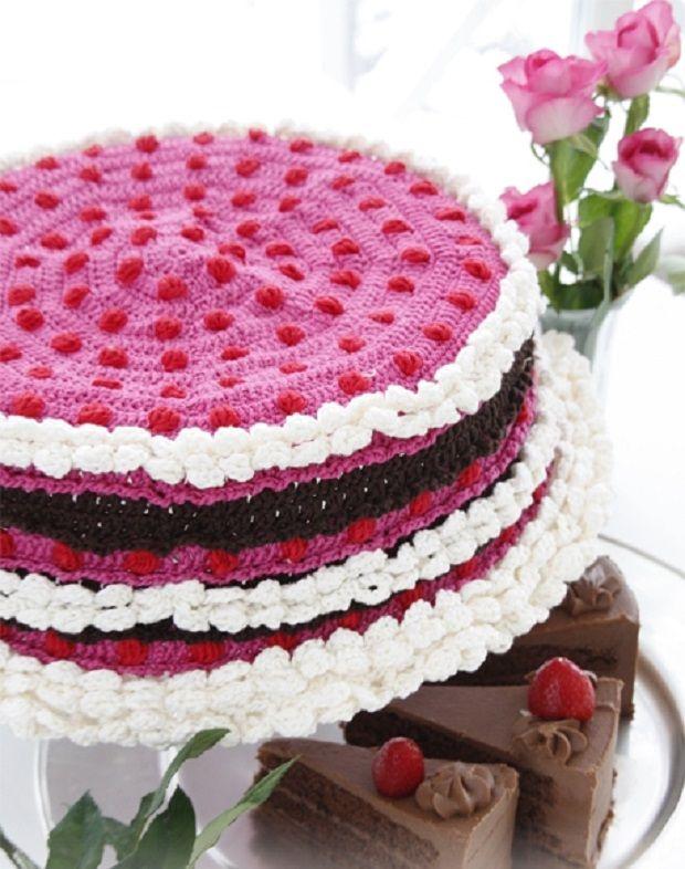 Torta Uncinetto http://www.lovediy.it/torta-uncinetto/ Una #torta uncinetto realizzata su misura di un #contenitore di plastica circolare, per confezionare un #dolce in modo originale.