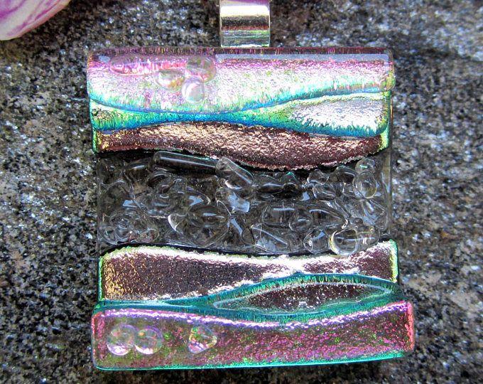 Colgante de vidrio fundido dicroico plata y rosa textura