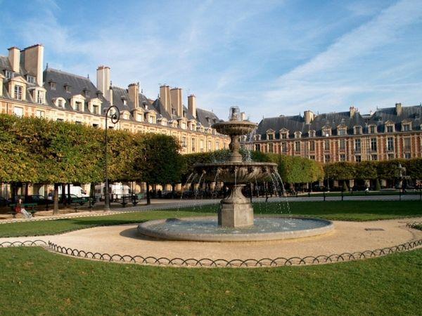 Place des Vosges - ein super romantisches Hotel in Paris - http://freshideen.com/reisen-urlaub/romantisches-hotel-paris.html