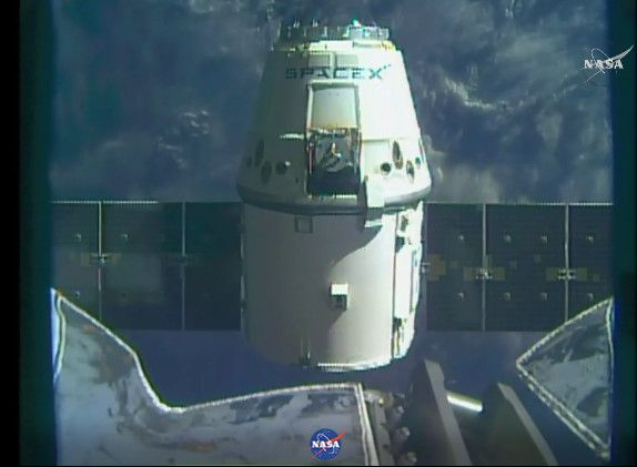 Poco fa la navicella spaziale Dragon di SpaceX ha concluso la sua missione CRS-10 (Cargo Resupply Service 10) per conto della NASA ammarando senza problemi nell'Oceano Pacifico a poco più di 520 km dalle coste della California. La Dragon aveva lasciato la Stazione Spaziale Internazionale qualche ora prima, quando in Italia erano passate da poco le 10 del mattino. Leggi i dettagli nell'articolo!