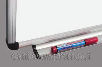 Доска настенная сухостираемая для маркера O-line 90х120 см, фото 2. Магнитная износостойкая поверхность для письма маркерами. Алюминиевая рама O-line имеет пластмассовые уголки с отверстиями для крепления доски к стене в 4 х точках Покрытие поверхности ― лакированная сталь. Возможно горизонтальное или вертикальное крепление.  Имеет дополнительные держатели для альбома (доски 90х120 см и большего размера) В комплекте есть съемная полочка для маркеров с заглушками на торцах.