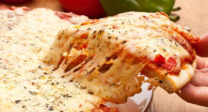WniNetNews.com - Siapa yang tak kenal Pizza? Makanan Italia ini memang sangat menyenangkan karena rasanya yang lezat. Pizza dikenal sebagai makan yang tinggi kandungan kalorinya. Rata-rata satu potong pizza mengandung 272 sampai 398 kalori. Sebagian besar kalori dalam pizzsa berasal dari karbohidrat.