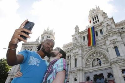 Madrid, capital de la heterofobia. El mensaje que late bajo todo este supuesto festejo es uno de sumisión. Uno de decir «nosotros somos los fuertes y vosotros los débiles». Ramón Pérez-Maura | ABC, 2017-07-02 http://www.abc.es/opinion/abci-madrid-capital-heterofobia-201707020354_noticia.html