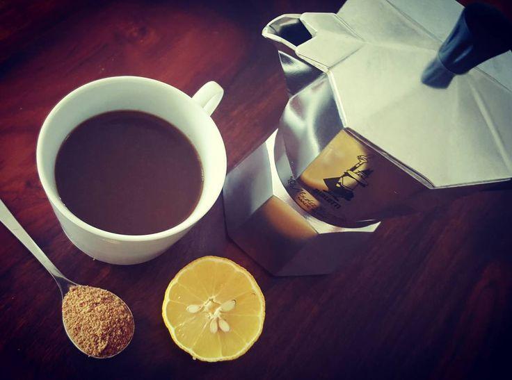 HANGOVER ? Zu viel Alkohol gestern, die Herren? 😉 Kein Probelm. Die Antwort, ist #lempresso 🍋☕🍭  Ein doppelter 100% #robusta #espresso, der Saft einer halben Zitrone und Zucker nach Geschmack  👉 Wie das gegen Kopfschmerzen hilft, lest ihr auf meinem Blog: http://bunaa.de/de/katerfruehstueck-gefaellig/ http://bunaa.de/en/hangover/