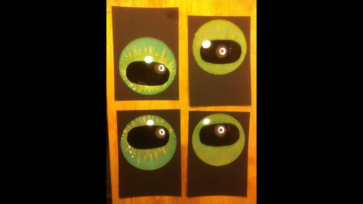 Drage øjne til drengenes Toothless-drager. Støbt i plastik og malet af mig