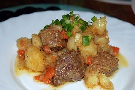 Жаркое с мясом и картофелем в мультиварке.Мясо промываем и нарезаем небольшими кубиками. Морковь чистим от кожуры, моем и также нарезаем кубиками.