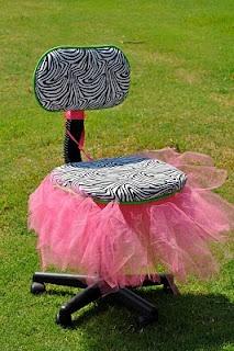 Chaise spéciale pour les présentations, l'ami(e) du jour, etc. Cute ! :)