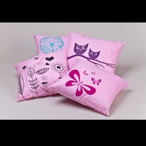 Rózsaszín díszpárna  Ezen csodás, vidám tavaszi motívummal ellátott díszpárnák bármelyike méltó dísze lehet az Ön hálószobájának, nappalijának vagy a gyerekszobának is!