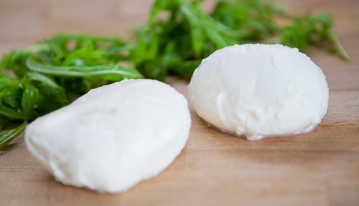 Mjölk, löpe och citron. Det är allt som behövs för att göra supergod mozzarella i ditt eget kök.