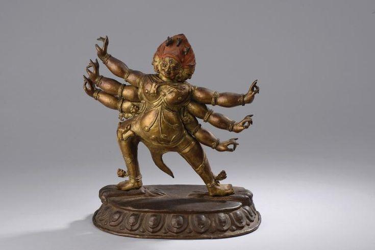 Hayagriva , incarnation courroucée du Boddhisattva de la compassion Mahasattva Avalokitésvara , figuré debout en Pratyalidasana, foulant de ses pieds deux groupes de quatre serpents entrelacés , sous une forme à trois tètes et trois paires de bras et de jambes  , vêtu de peaux de loup et d'humain écorchés , paré d'un pectoral multirangs et de bracelets perlé,  la coiffure hérissée et couverte de pigments rouges rehaussée de trois tètes de chevaux , les trois visages peints à l'or froid et…